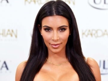 Kim Kardashian exibe bumbum real em praia e internautas não perdoam