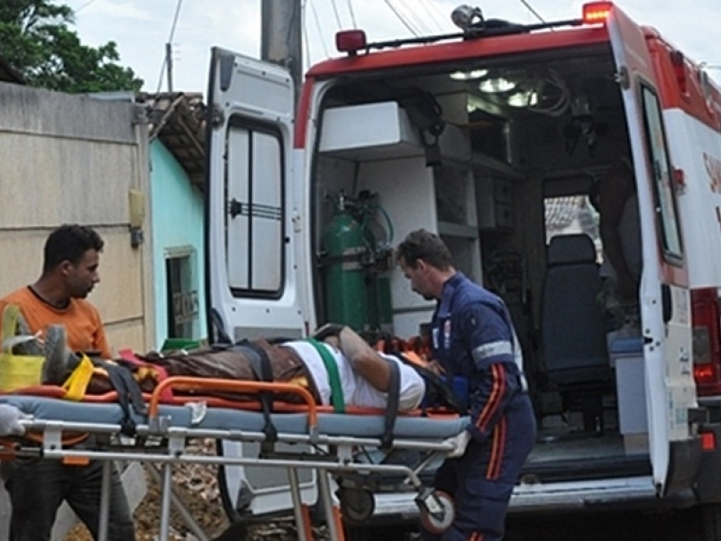 Dois homens ficam feridos ao caírem de andaime em Itamaraju