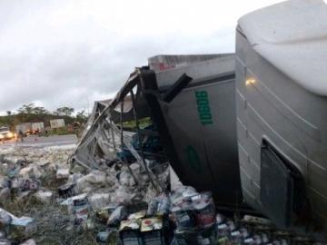 Motorista morre após ser arremessado para fora da cabine de carreta na BR-101