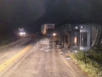 Caminhão tomba na BR-101 e motorista fica preso nas ferragens