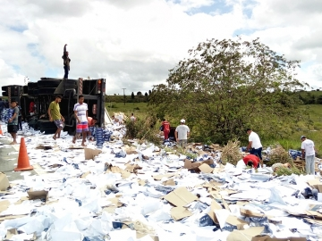 Veículo carregado de papel tomba na Curva da Visgueira e carga é totalmente saqueada