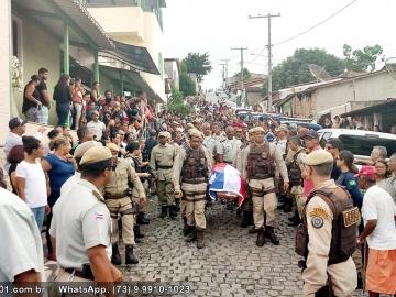 Corpo de sargento morto por bandidos é sepultado com honras militares em Itagimirim