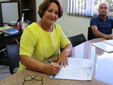 Prefeita Devanir Brillantino assina ordem de serviço para conclusão de escola