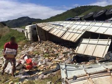 Caminhão com carga de leite condensado tomba no sudoeste do estado