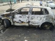 Populares ateiam fogo em carro após motorista atropelar moto taxista