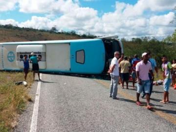 Ônibus tomba e deixa pelos menos cinco mortos em estrada na Bahia