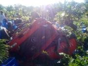 Caminhão carregado de engradado de cerveja tomba na BR-101 em Uruçuca