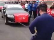 Chinês puxa sete carros com corda amarrada aos testículos; assista