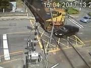 Carro invade sinalização e é atingido com violência por trem; veja o vídeo