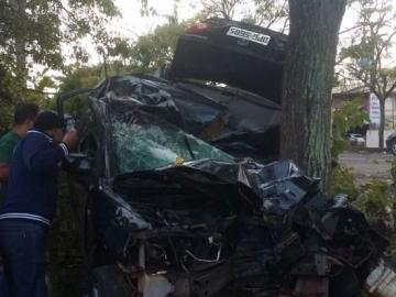 Homem morre após carro colidir violentamente contra árvore em Ilhéus