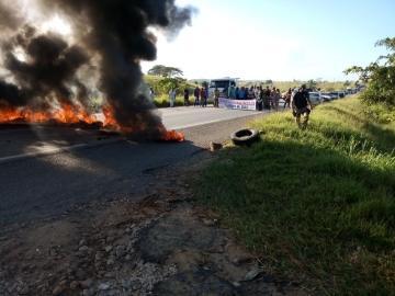 Manifestação do MST bloqueia BR-101 entre Eunápolis  e Itagimirim