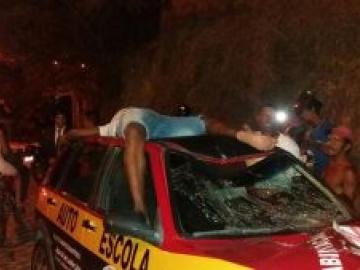 Ciclista é atropelado e vai parar no teto de carro em Porto seguro