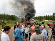 Manifestantes fecham trecho da BA-275 em Itagimirim e pedem manutenção e segurança nas estradas
