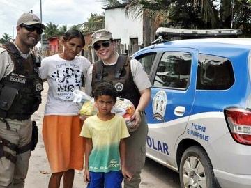 PM de Eunápolis faz doação de alimentos a famílias carentes