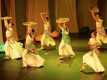 Crianças e jovens da região se apresentam no teatro L'Occitane em Trancoso
