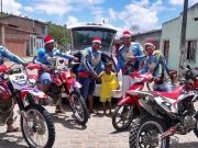 Grupo de trilheiros distribuem presentes para crianças carentes em Itagimirim