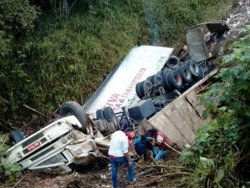 Acidente deixa caminhão totalmente destruído na BR-101