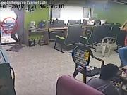 Serpente invade lan house e internautas ficam em pânico; veja o vídeo