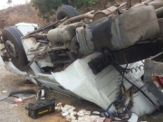 Caminhão carregado de gesso tomba na BR-101 e deixa dois feridos