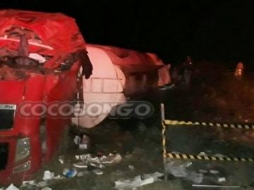 Carreta transportando diesel tomba na BR-101 e deixa o motorista ferido