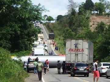 Caminhão tomba na BR-101 e interdita os dois sentidos da rodovia