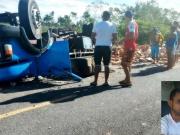 Motorista morre após caminhão carregado de lajotas tombar