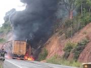 Carreta dos Correios fica totalmente destruída após pegar fogo na BR-101