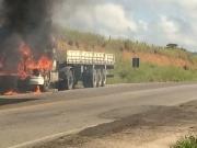 Carreta pega fogo na BR-101 entre Itamaraju a Teixeira de Freitas