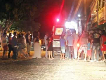 Em surto psicótico, mulher ataca hospital e viatura em Itagimirim