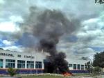 Em protesto, professores queimam pneus em frente à prefeitura de Itapebi