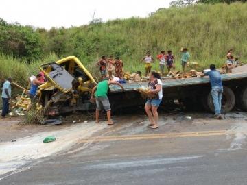 Colisão entre táxi e caminhão deixa três pessoas gravemente feridas