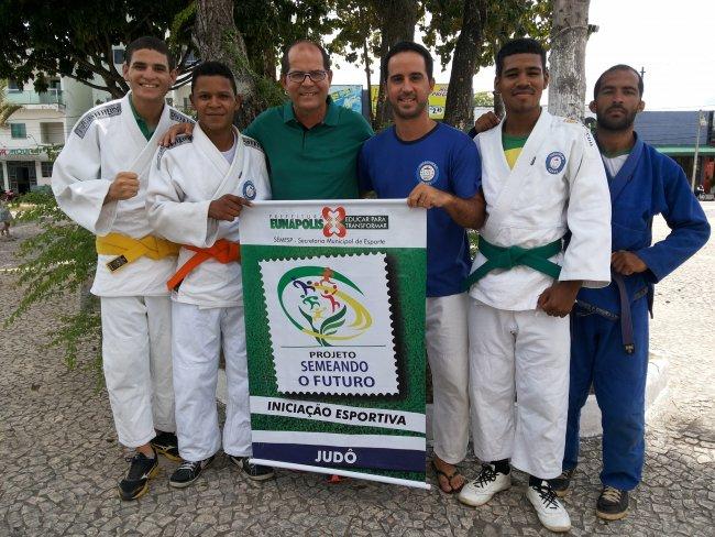 Atletas e representantes da Associação Mares de Judô (Foto: SECOM-PME)