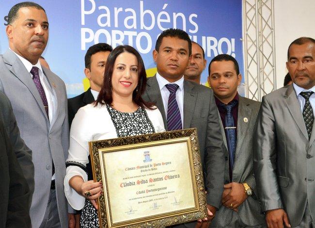 Bastante emocionada, a prefeita do município, Cláudia Oliveira, foi homenageada e recebeu o título de cidadã porto-segurense das mãos de todos os vereadores. (Foto: ASCOM / Porto Seguro)