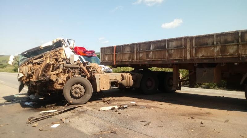 Carreta colidiu com a lateral de um caminhão. (Imagem: Rastro101)
