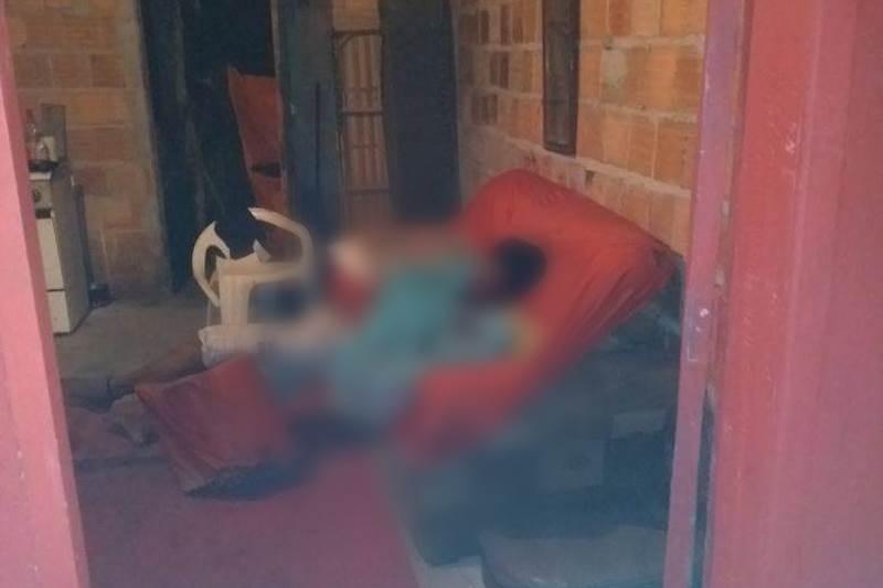 Vítima estava sentada no sofá de casa. (Foto do site SulBahia News)