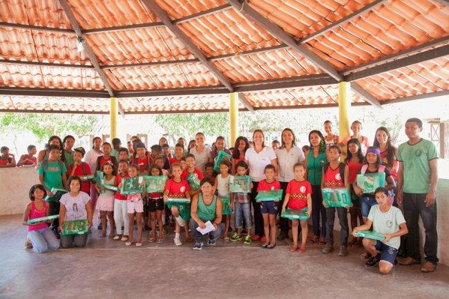 Na Escola Indígena Pataxó de Coroa Vermelha, os 900 estudantes da Educação Infantil, Ensino Fundamental I e II e da Educação de Jovens e Adultos (EJA), receberam os kits nesta segunda-feira, dia 15/02, primeiro dia de aula. (Foto: Divulgação)
