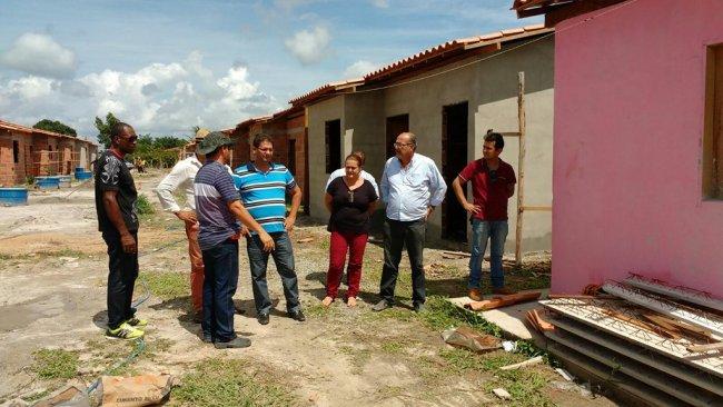 O prefeito Rogério Andrade e a secretária de Desenvolvimento Social (SDS), Wanderléia Santos, foram ao local acompanhar de perto o andamento das construções. (Foto: ASCOM)