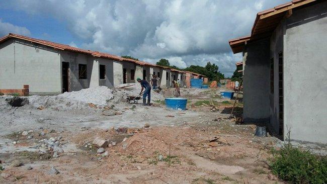 As chuvas torrenciais que atingiram o município de Itagimirim na última semana não afetaram o andamento das obras do programa Minha Casa, Minha Vida. (Foto: ASCOM)
