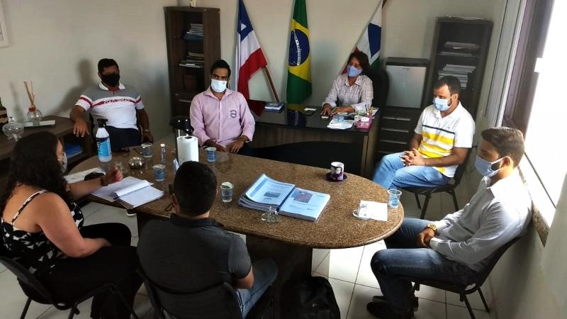 Reunião entre representantes da mineradora Columbia e da Prefeitura de Itagimirim. (Divulgação)