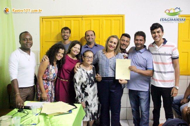 Famílias dos professores enquadrados acompanharam com orgulho a entrega dos termos de posse assinados pelo prefeito