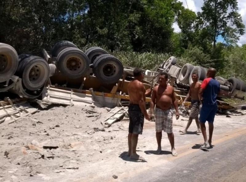 Motorista ficou preso ás ferragens. (Foto: Bahia Dia Dia)