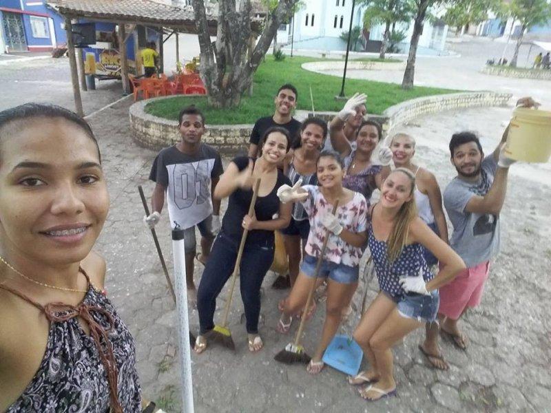 Parte do grupo JUVENTUDE ATIVA, que por toda a semana trabalhou para restaurar a praça. (Divulgação)