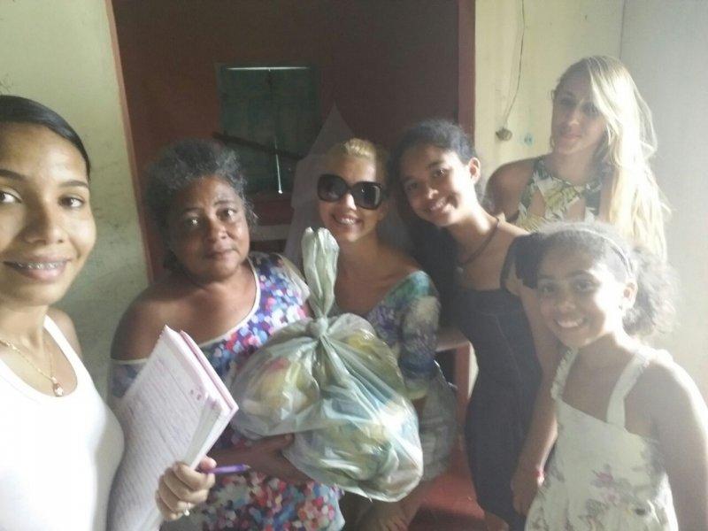 Famílias carentes receberam alimentos arrecadados em gincana. (Divulgação)