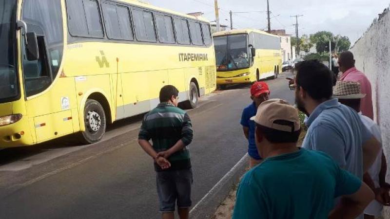 Ônibus passavam pela BR-101, quando foram interceptados pelos criminosos encapuzados. (Foto: Ed Santos/Acorda Cidade)