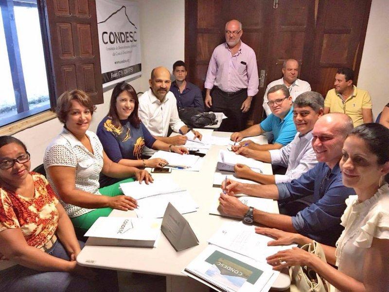 Sete dos oito prefeitos e prefeitas que integram o CONDESC estiveram presentes na reunião. (Foto: Divulgação)