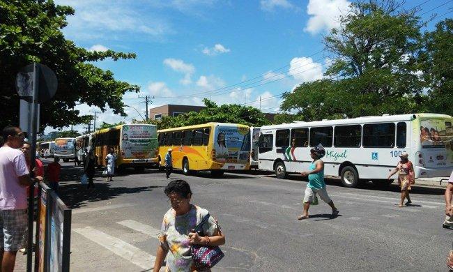Ônibus enfileirados (Foto: Facebook/SeLigaVip)