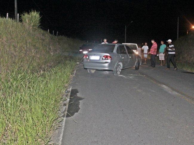 Amigos do motorista ajudaram a remover o veículo do local. (Foto: Rastro101)