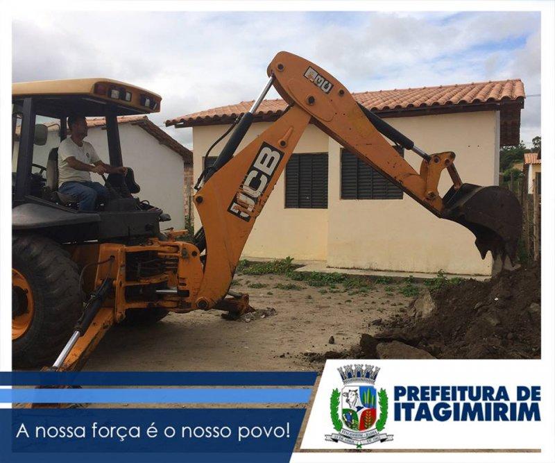 Já na parte central da cidade, a Prefeitura iniciou os trabalhos de construção da rede de esgoto no final da Rua São Pedro, num total de mais de 40 metros de rede de esgoto. (ASCOM)