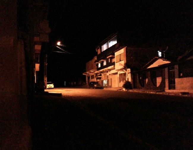 Cidade às escuras. Comerciantes e moradores saem no prejuízo. (Foto: Rastro101)