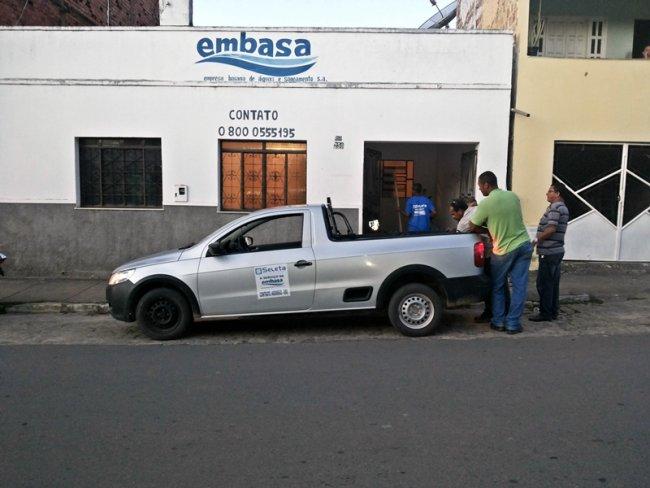 Equipe da Embasa trabalhou mais de 8 horas para substituir tubulação danificada. (Foto: Rastro101)